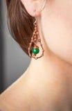 Der Schmuck der Frauen, Ohrringe, Halsketten, eine junge Frau mit einer Verzierung, handgemacht Stockfoto