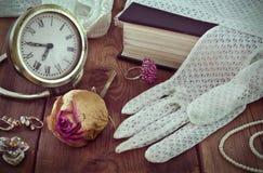 Der Schmuck und die Handschuhe der Weinlesefrauen Stockfotografie