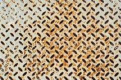Der Schmutz-Beschaffenheitshintergrund des Schmutzlichtes rostige eines Metalleisens mit Raute formt Stockbilder