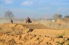 Der Schmutz-Fahrrad-und Leitungs-ATV Laufen Stockbilder