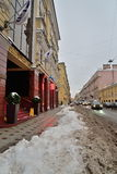 Der Schnee auf dem Bürgersteig vor dem Geschäftszentrum Baloev Lizenzfreie Stockfotografie