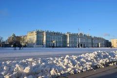 Der Schnee auf Palastquadrat an einem sonnigen Tag Lizenzfreie Stockbilder