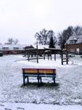 Der Schnee, die Bank und der Spielplatz Lizenzfreie Stockbilder