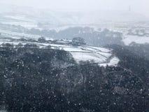 Der Schnee, der in ein Yorkshire-Täler fällt, gestaltet mit Winterbäumen landschaftlich stockfoto