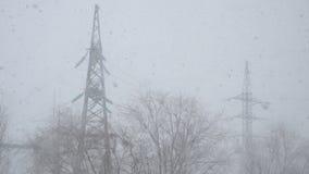 Der Schnee f?llt gegen den Mast stock video footage