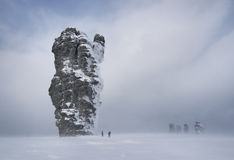 Der Schnee-gehende Wald ist in den Bergen von Nord-Ural lizenzfreies stockfoto