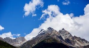 Der Schneeberg bedeckt durch die weiße Wolke Lizenzfreies Stockfoto