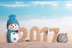 Der Schneemann Abbildung 2017 twined mit mit Schnur und Weihnachtsball Stockfotografie