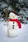 Der Schneemann auf schneebedecktem Boden Stockfotografie