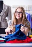 Der Schneider der jungen Frau, der im Seminar über neues Kleid arbeitet Lizenzfreie Stockbilder