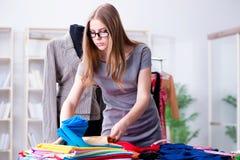 Der Schneider der jungen Frau, der im Seminar über neues Kleid arbeitet Stockfotos