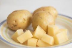 Der Schnitt und die vollständige Kartoffel stockfotografie