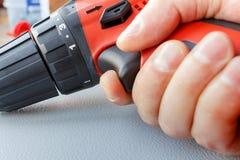 Der Schraubenzieher in der Vorlagen-` s Handnahaufnahme Lizenzfreie Stockfotografie
