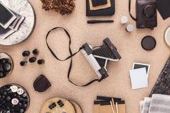 Der Schreibtisch des Fotografen mit Weinlesekameras und -Filmrollen Retro- Art Direkt oben Stockfoto
