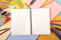 Der Schreibtisch des Studenten mit leerem Notizbuch Lizenzfreies Stockfoto