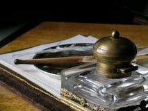 Der Schreibtisch mit den Sachen für Schreiben Stockfoto