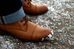 Der Schuh der Winterfrauen auf Pflasterung im Schnee Stockfoto