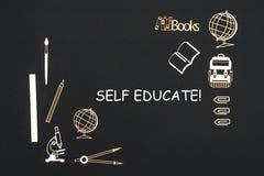 Der Schulbedarf, der auf schwarzen Hintergrund mit Textselbst gesetzt wird, erzieht stockfotos