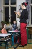 In der Schule mit schlechtem Lehrer lizenzfreie stockbilder