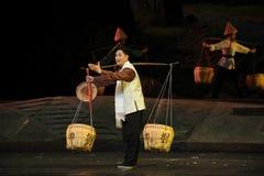 Der Schulterpfosten und die Korb- und Bambushut Jiangxi-Oper eine Laufgewichtswaage Stockfotografie