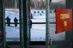 Der Schutz auf der Strecke führte eine Übung im Pistolenschießen durch Lizenzfreie Stockbilder