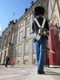 Der Schutz der Ehre in roter Galla-Uniform den königlichen Wohnsitz Amalienborg-Palast in Kopenhagen, Dänemark schützend stockbilder