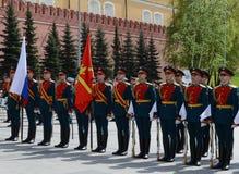 Der Schutz der Ehre während einer Zeremonie des Legens blüht am Grabmal des unbekannten Soldaten im Alexander-Garten Stockfotografie