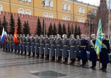Der Schutz der Ehre während einer Zeremonie des Legens blüht am Grabmal des unbekannten Soldaten im Alexander-Garten in Moskau Lizenzfreies Stockfoto