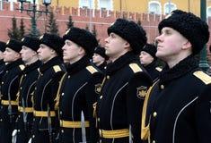 Der Schutz der Ehre während einer Zeremonie des Legens blüht am Grabmal des unbekannten Soldaten im Alexander-Garten in Moskau Stockfotografie
