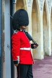 Der Schutz der Königin, der sich vorbereitet, zu sein inneres Windsor-Schloss im Dienst Lizenzfreies Stockfoto