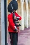 Der Schutz der Königin, der sich vorbereitet, zu sein inneres Windsor-Schloss im Dienst Stockfotos