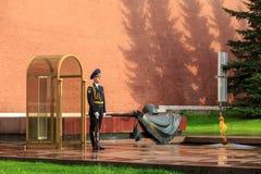 Der Schutz der Ehre steht am Grabmal des unbekannten Soldaten nahe der Kremlmauer lizenzfreie stockbilder