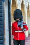 Der Schutz marschierende innere Windsor Castle der nicht identifizierten britischen Königin im Dienst Stockfotos