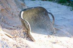 Der schwarze Hod auf Sand am sonnigen Tag Stockfotos