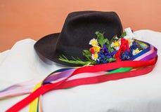 Der schwarze Hut mit Bändern und Blumen Lizenzfreie Stockfotografie
