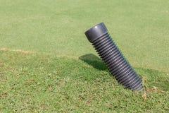 Der schwarze Kunststoffrohrtipp unter der Wiese im Golfplatz für w Stockbilder