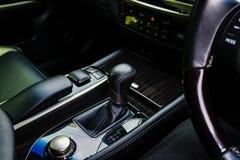 Der schwarze lederne Innenraum eines europäischen Luxusfahrzeugs mitte stockfotos