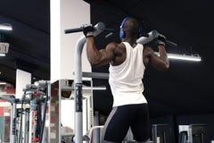 Der schwarze Mann, der Übungszug tut, ups Lizenzfreie Stockbilder