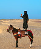 Der schwarze Reiter auf einem Pferd Stockfotografie