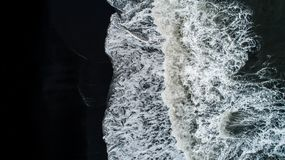 Der schwarze Sandstrand in Island Vogelperspektive und Draufsicht beaut Stockfotografie