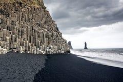 Der schwarze Sandstrand von Reynisfjara in Island Stockbild