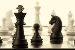 Der schwarze Schachkönig. Altes getont Lizenzfreie Stockfotos