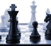 Der schwarze Schachkönig. Blau getont Stockbild
