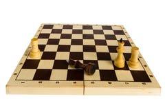 Der schwarze Schachkönig wird besiegt und liegt auf dem Brett Lizenzfreie Stockbilder