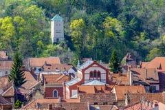Der schwarze Turm (Turnul-negru) über den Dachspitzen Lizenzfreies Stockfoto