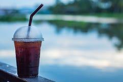 Der schwarzer Kaffee kühle Unschärfehintergrundfluß Lizenzfreies Stockfoto