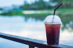 Der schwarzer Kaffee kühle Unschärfehintergrundfluß Lizenzfreies Stockbild