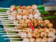 Der Schweinefleischball, der mit köstlicher Banane überstiegen wird, verlässt, thailändisches Lebensmittel Lizenzfreies Stockbild