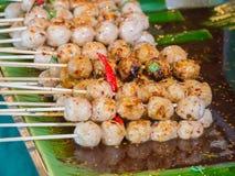 Der Schweinefleischball, der mit köstlicher Banane überstiegen wird, verlässt, thailändisches Lebensmittel Lizenzfreie Stockfotos