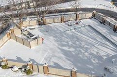 Der schwimmende Poolbereich ist unter dem Schnee in Montreal Stockfotografie